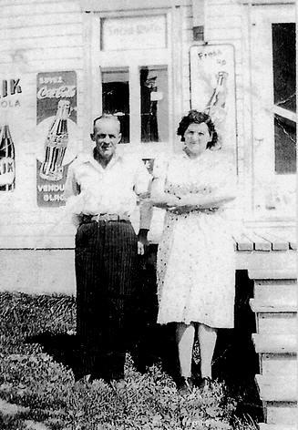 Josaphat Pagé et Yvonne Bédard devant leur restaurant en 1954